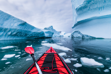 Photo pour Kayaking in Antarctica between icebergs with inflatable kayak, extreme adventure in Antarctic Peninsula , beautiful pristine landscape, sea water paddling activity - image libre de droit
