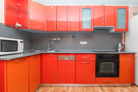 Photo pour The photo of completely equipped light kitchen with household appliances - image libre de droit