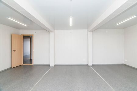 Photo pour The photo of light white empty office room with bright lighting - image libre de droit