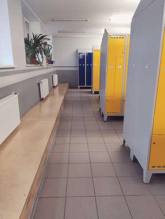 Photo pour Long corridor of colorful metal modern style lockers in a school - image libre de droit