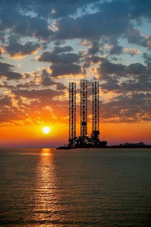 Photo pour Sea oil rig on sunrise  - image libre de droit