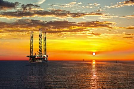 Foto de Oil drilling rig in sunset time. - Imagen libre de derechos
