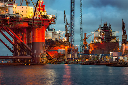 Photo pour Shipyard industry - Oil Rig under construction in Gdansk, Poland. - image libre de droit