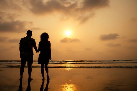 Photo pour Young couple in love on the beach February 14, St. Valentine's Day sunset Goa India vacation trip .travel new year in a tropical country. freedom concept. - image libre de droit