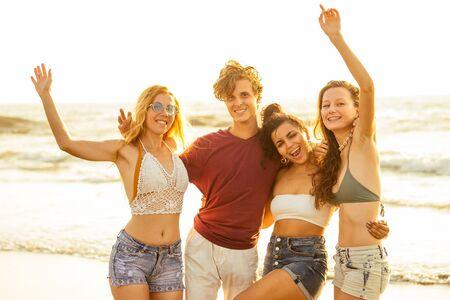 Foto de Multi-ethnic group of friends dance at the beach - Imagen libre de derechos