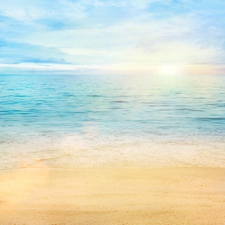 Photo pour Beaqutiful sea background. Golden sand with blue ocean and cloudscape in the back. - image libre de droit
