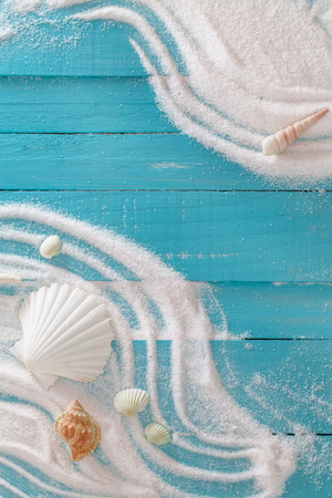 Photo pour Summer beach. Summer background with white sand and shells. - image libre de droit