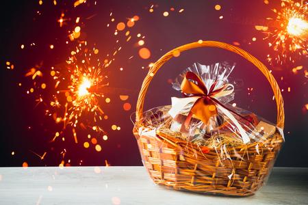Foto de gift basket with festive sparklers particles - Imagen libre de derechos