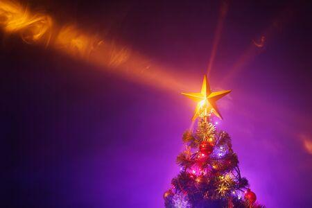 Photo pour Christmas tree with festive lights, purple background - image libre de droit