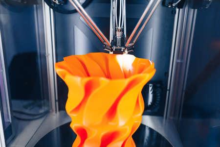 Photo pour 3d printer head in action, close-up view - image libre de droit