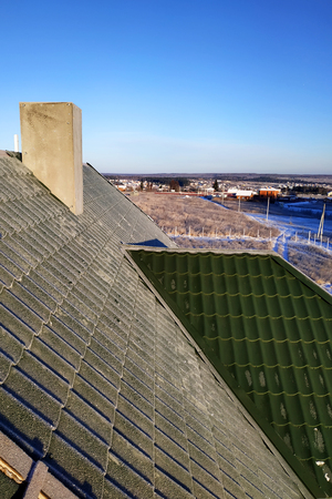 Photo pour Green tile frosty morning on the roof of the house 2019 - image libre de droit