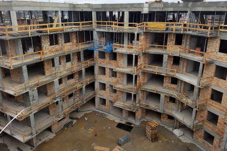 Photo pour Construction of a residential building in the city, multi-storey and apartment building. 2021 - image libre de droit