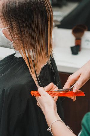 Photo pour Haircut in a barbershop, beauty salon and world quarantine, business during quarantine. new - image libre de droit