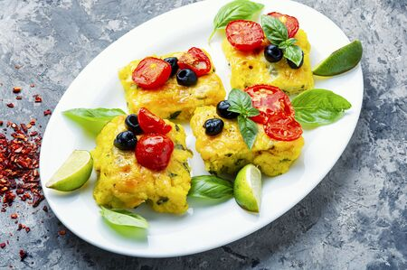 Photo pour Polenta with tomatoes and cheese.Italian cuisine.Pieces corn polenta - image libre de droit