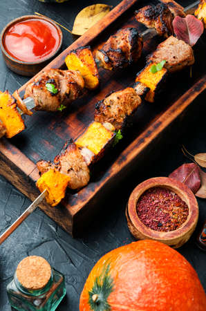 Photo pour Kebab or skewers of meat and pumpkin.Tasty grilled kebab - image libre de droit