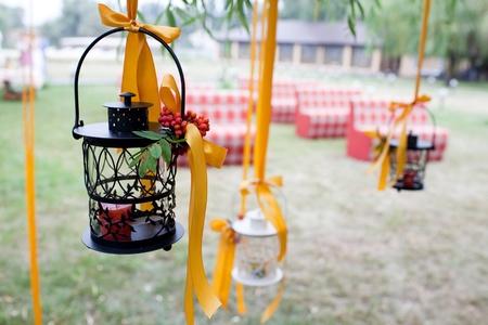 Foto de decorated wedding tree and candles - Imagen libre de derechos