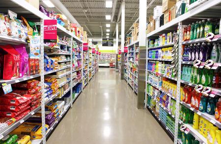 Photo pour Supermarket shelves - image libre de droit