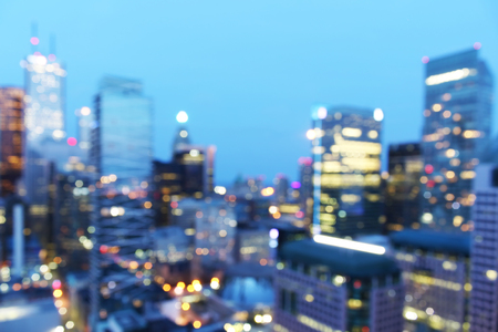 Photo pour Abstract city blur background with bokeh lights at dusk - image libre de droit