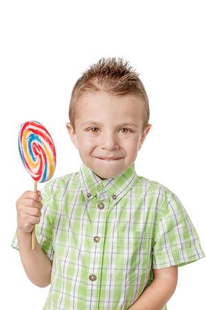 Happy little boy con lollipop