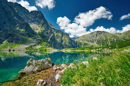 Photo pour Black lake under Rysy peak, Tatra Mountains, Poland - image libre de droit