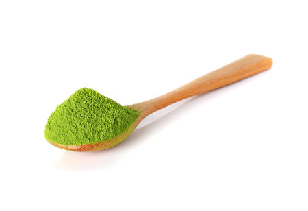 Photo pour powder green tea with bamboo spoon isolated on white background - image libre de droit