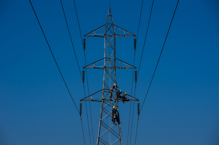 Photo pour Maintenance staff on high voltage poles, Electrician or engineer works on power post and high voltage system for maintenance. High-power distribution system is damaged. - image libre de droit