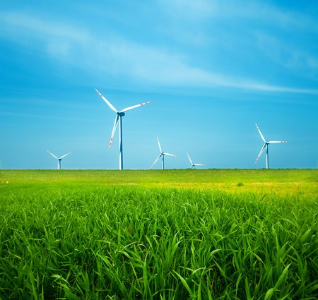Photo pour Wind turbines on green field. Alternative source of energy - image libre de droit