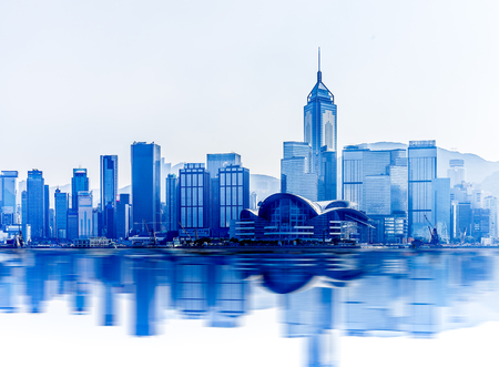 Foto de Hong Kong cityscape with water reflections at victoria harbor - Imagen libre de derechos