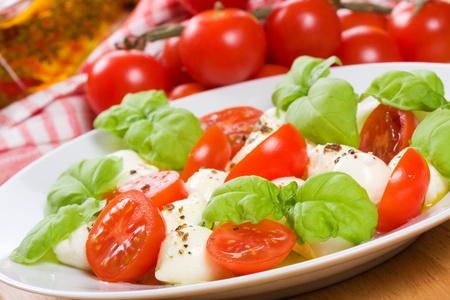 Foto de salad with mozzarella, basil and tomatoes - Imagen libre de derechos