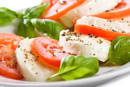 Foto de salad with mozzarella, tomatoes and basil - Imagen libre de derechos