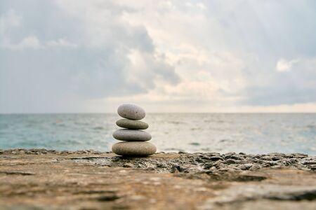 Photo pour Balance, peace of mind, different sizes stones form a pyramid. - image libre de droit