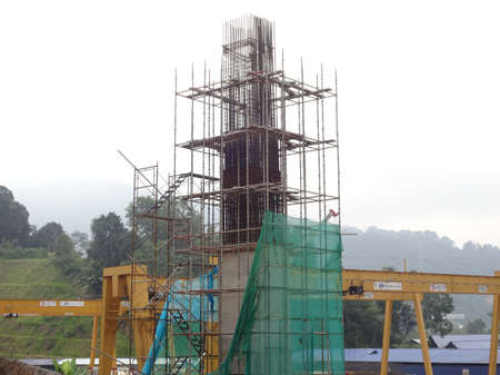 Foto de SHAH ALAM, MALAYSIA -AUGUST 6, 2020: Temporary staircase and scaffolding are used in the construction of high concrete columns. Scaffolding is wrapped with safety netting for safety purposes. Installe - Imagen libre de derechos