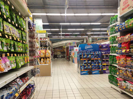 Photo pour SEREMBAN, MALAYSIA -MARCH 2, 2021: Interior of a hypermarket. Daily necessities and groceries are displayed on sales shelves and price tagged. Sorted by type and brand. - image libre de droit