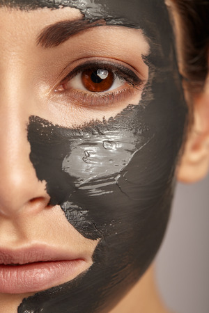 Photo pour Beautiful woman with facial mask. - image libre de droit