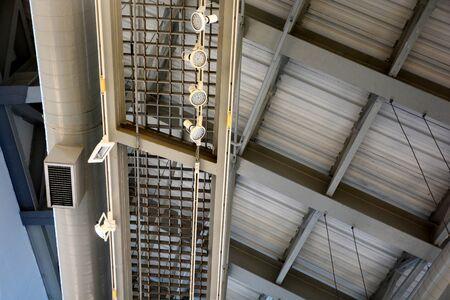 Photo pour spot light and air tube attached ceiling in the building - image libre de droit