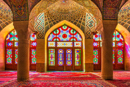Photo pour SHIRAZ, IRAN - APRIL 26, 2015: Nasir Al-Mulk Mosque in Shiraz, Iran, also named in popular culture as Pink Mosque. It was built in 1888 and is known in Persian as Masjed-e Naseer ol Molk. - image libre de droit