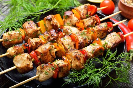 Photo pour Fried chicken kebab with bell pepper in frying pan, close up view - image libre de droit