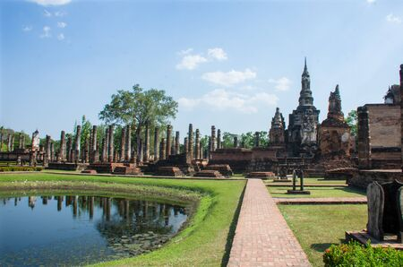Photo pour Grounds of the 12th century Wat Mahathat, or Temple of the Great Relic', in Sukhothai, Thailand - image libre de droit