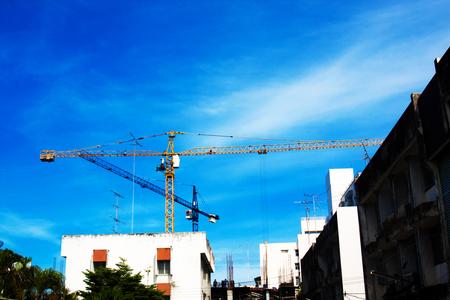 Photo pour Large crane and construction of building - image libre de droit