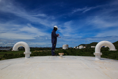 Photo pour Man worker storage tank inspection  nozzle  of roof - image libre de droit