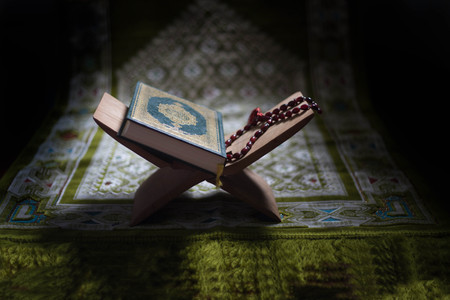 Photo pour Quran - holy book of Muslims around the world put on wooden boards - image libre de droit
