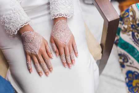 Foto de Beautiful and artistic henna decoration on bride hand. This is a traditional ceremony before bride getting married. - Imagen libre de derechos