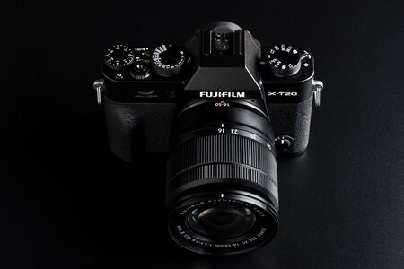 Photo pour BANGKOK, THAILAND - MAY 20, 2018: The Fujifilm X-T20 attatched with Fujinon XC 16-50 mm lens. The Fujifilm X-T20 announced by Fujifilm on January 19, 2017. - image libre de droit