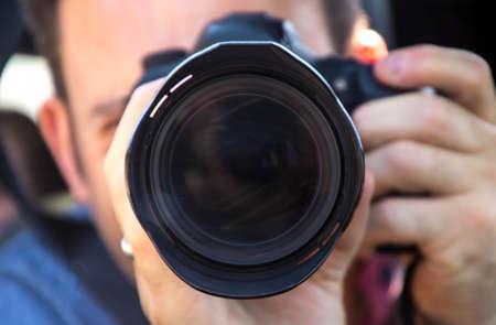 Photo pour A look down the lens of a photographer with a DSLR. - image libre de droit
