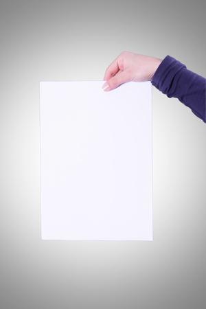 joven mano sujetando un documento en blanco