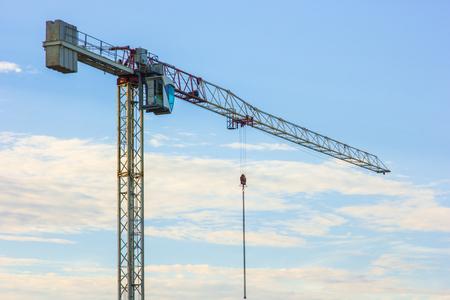 Photo pour Construction crane against the background of the evening sky - image libre de droit