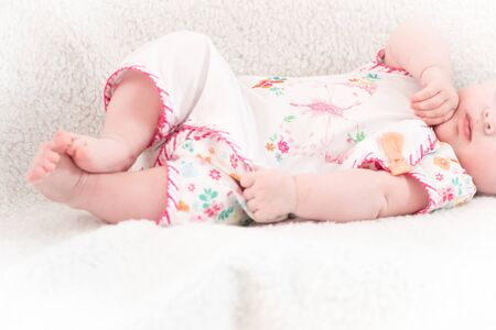 Photo pour New-born baby lying in the bed - image libre de droit