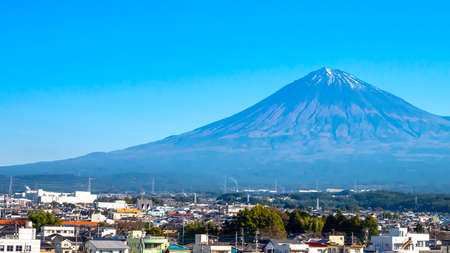 Photo pour Close up of Fuji Mountain over the blue sky at Kawaguchiko Lake, Yamanashi, Japan - image libre de droit