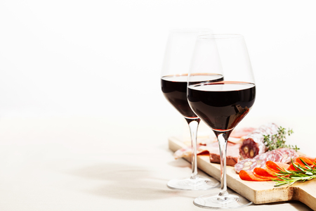 Photo pour Red wine and charcuterie assortment on the board - image libre de droit