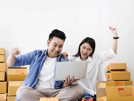 Photo pour Asian couple with stack of parcel boxes, online business and delivery concept. - image libre de droit
